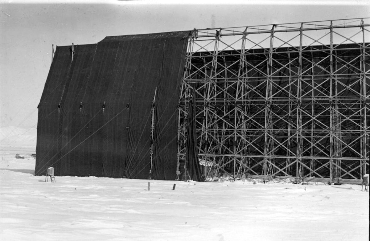 """Luftskipshangaren til luftskipet """"Norge"""", kles med seilduk. Snø på bakken."""