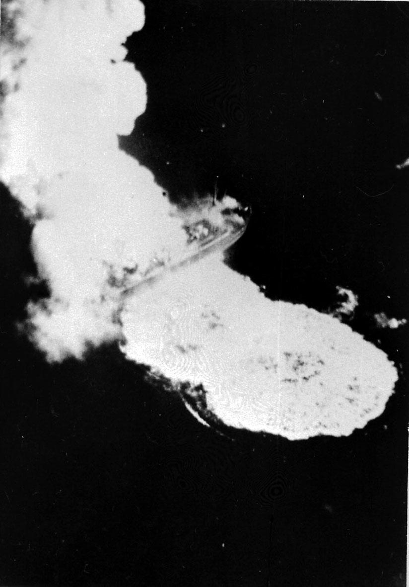 Fartøy i brann etter/under flyangrep. Fra 2. verdenskrig.