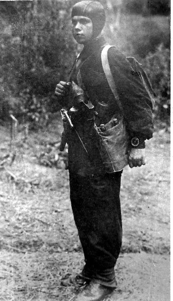 Portrett. Soldat i militæruniform, tatt utendørs.