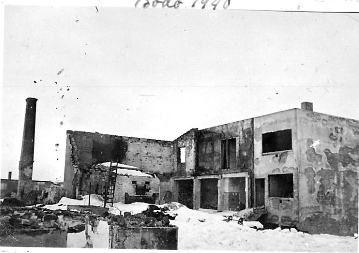 Ruiner av bygning. Bodø etter bombingen under 2. verdenskrig. Snø på bakken.