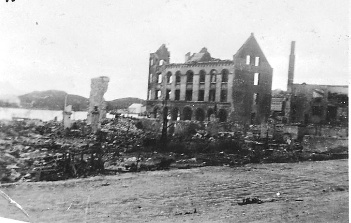 Ruin av bygning, Tandberggården. Bodø etter bombingen under 2. verdenskrig. Gate i forgrunnen.