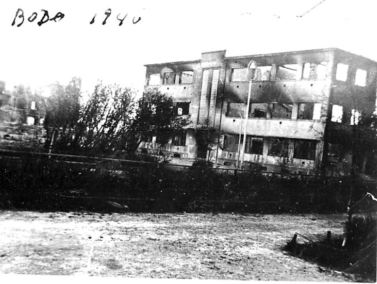 Ruin av bygning, Håntverkeren. Bodø etter bombingen under 2. verdenskrig. Gate i forgrunnen.