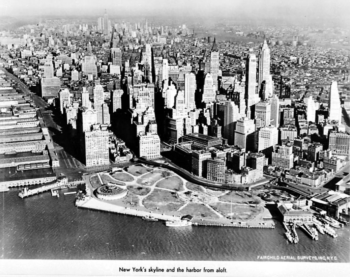 Div. reklame og opplysninger om TWA - illustrert med bilder, skisser og tekst. Luftfoto av by