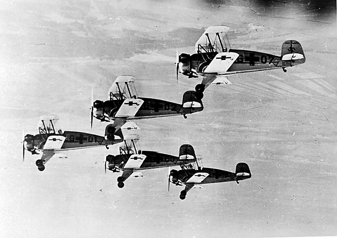 Luftfoto. Flere fly i lufta Bucker BU 133 Jungmeister fra Luftwaffe (kunstflugstaffel).