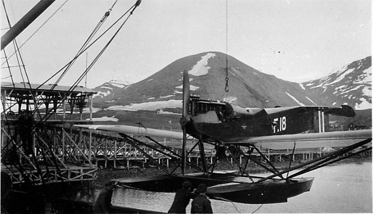 1 fly Hansa-Brandenburger No. F 18,henger i bommen på et fartøy som ligger ved kai.