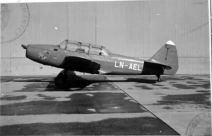 Lufthavn, 1 fly på bakken, Cornell M62A-3 (PT-19), LN-AEL, fra Hollekim.