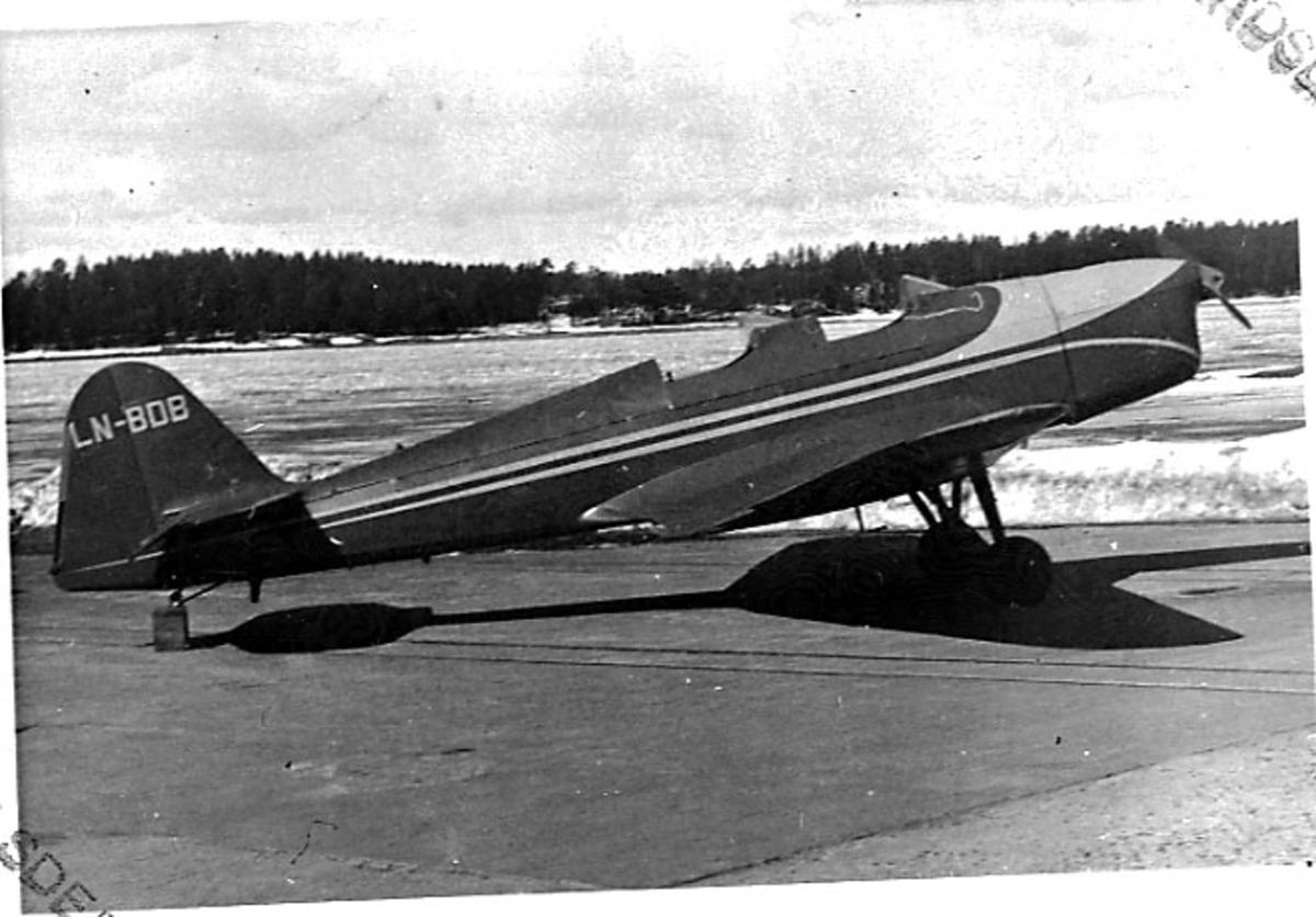 """Lufthavn, 1 fly på bakken, Klemm 35D, LN-BDB, fra Flyklubben """"Serfo"""" (fra 19.09.1956)."""