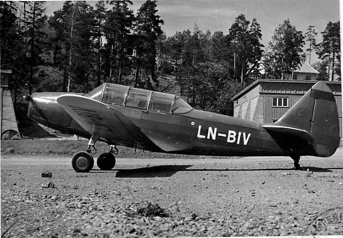 Lufthavn, 1 fly på bakken, Cornell M62A (PT-19), LN-BIV, fra Reinert.