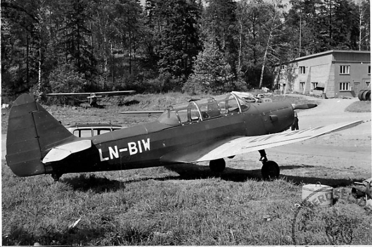 Lufthavn, 1 fly på bakken, Cornell M62A (P.T.26), LN-BIW, fra Reinert.