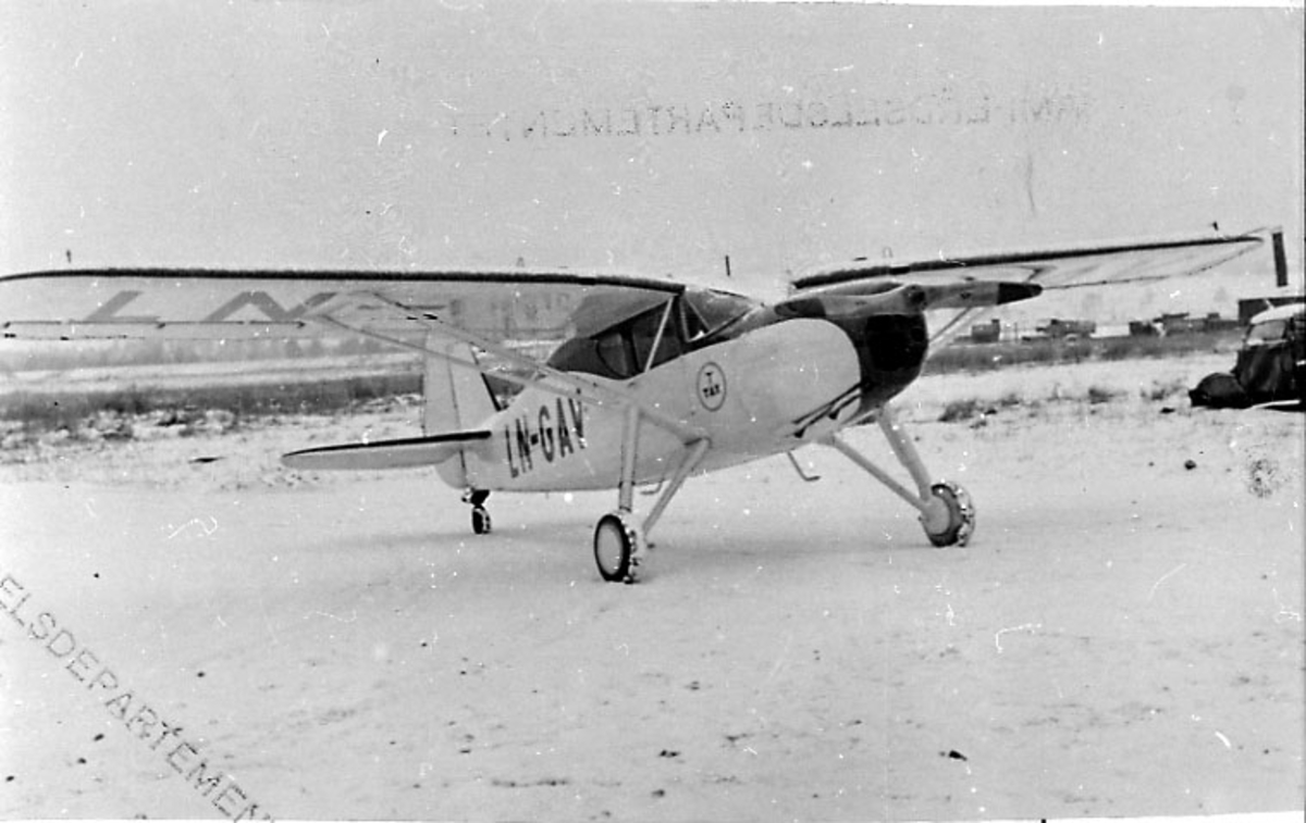 1 fly på bakken, Argus III UC-61K, LN-GAV, fra A/S Tønsberg & Horten D/S selskap.