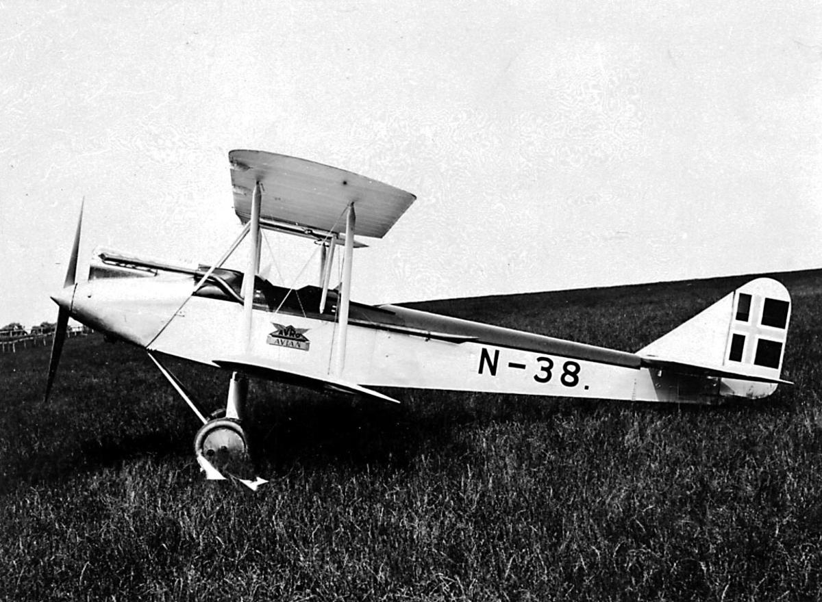 1 fly på bakken, Avro 594 Avian IV, N.38 LN-ABF fra A/S Norsk Lufttransport.