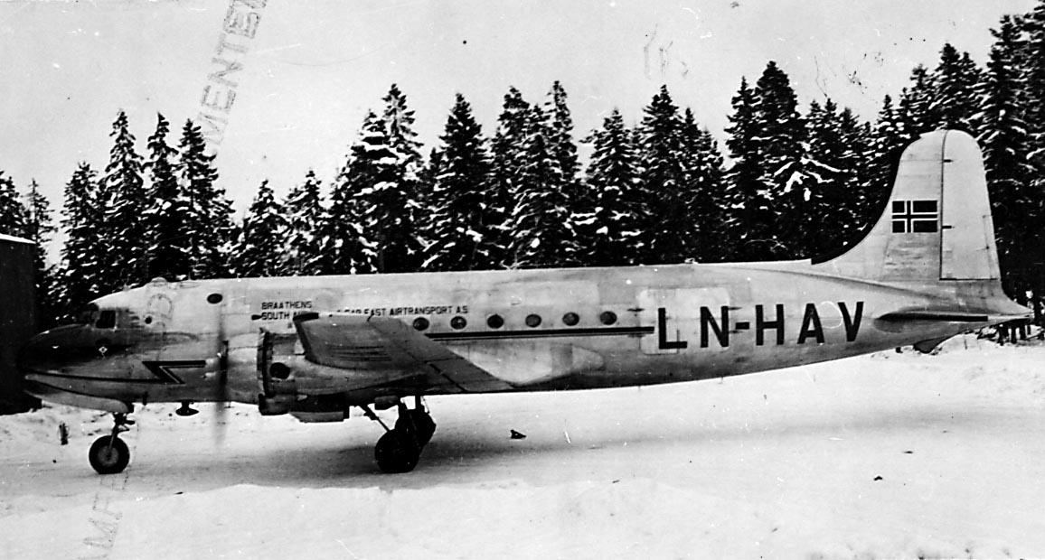 """1 fly på bakken, Douglas DC-4 /C54A4-15 Skymaster, LN-HAV """"Norse Explorer"""" fra Braathens SAFE A/S."""