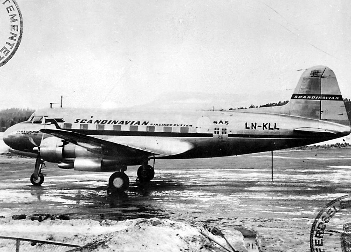 """Lufthavn, 1 fly på bakken, Saab 90 Scandia A-2, LN-KLL """"Sigurd Viking"""" fra DNL A/S Oslo."""