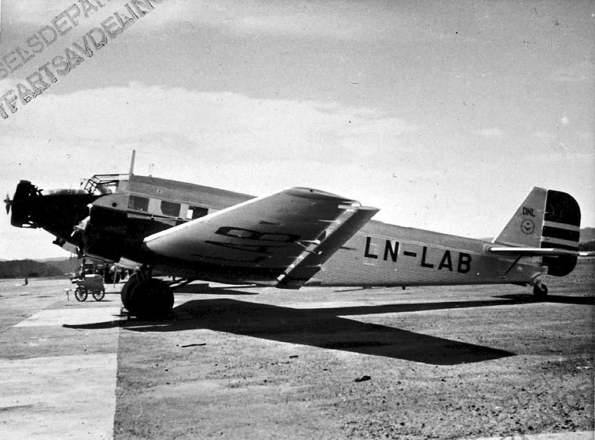Lufthavn, 1 fly på bakken, Junkers JU52 3mg.2c LDB 118 LN-LAB fra DNL.