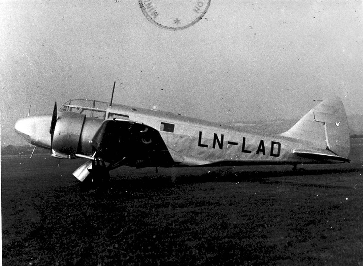 Lufthavn, 1 fly på bakken, Airspeed Oxfoird A.S.40 LDB 157/8737 LN-LAD fra DNL.