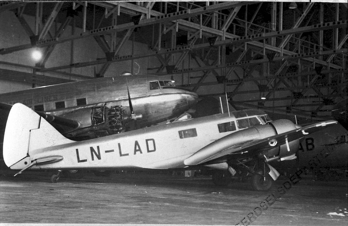 Lufthavn, 1 fly inne i hangar, Airspeed Oxfoird A.S.40 LDB 157/8737 LN-LAD fra DNL. Annet fly bak.