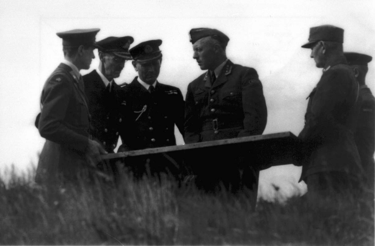 Portrett, soldater og befal. Kong Haakon VII og oberst Ole Reistad.