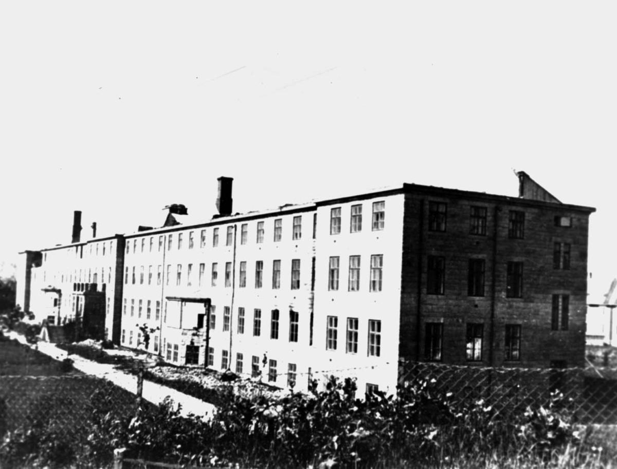 Større bygning, ødelagt etter bombeangrep. Bodø Sykehus
