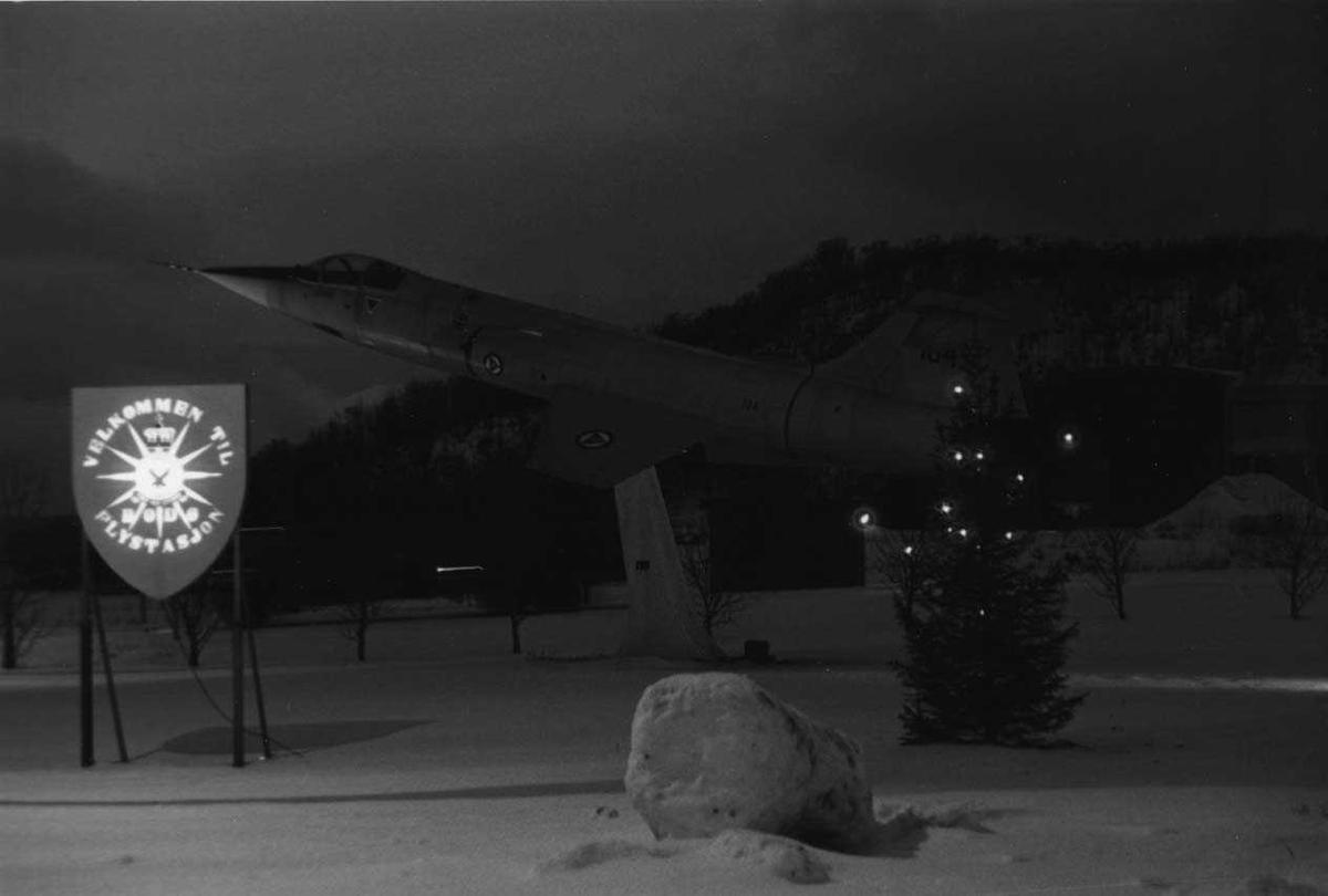 Lufthavn- flyplass    Hovedvakten Bodø hovedflystasjon med skilt og fly på sokkel (F-104 eks tysk ).