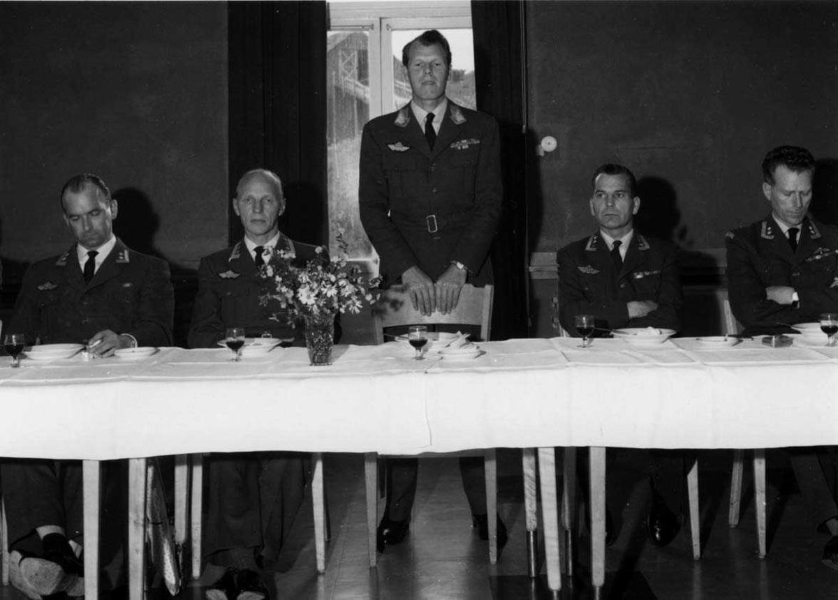 Gruppe.  Stasjonssjefskifte  Ob. Heine Eriksen - Ob. Ulleberg. Middag i Befalsmessa  LK sjefen  Gen maj  Tufte  Johnsen holder tale.