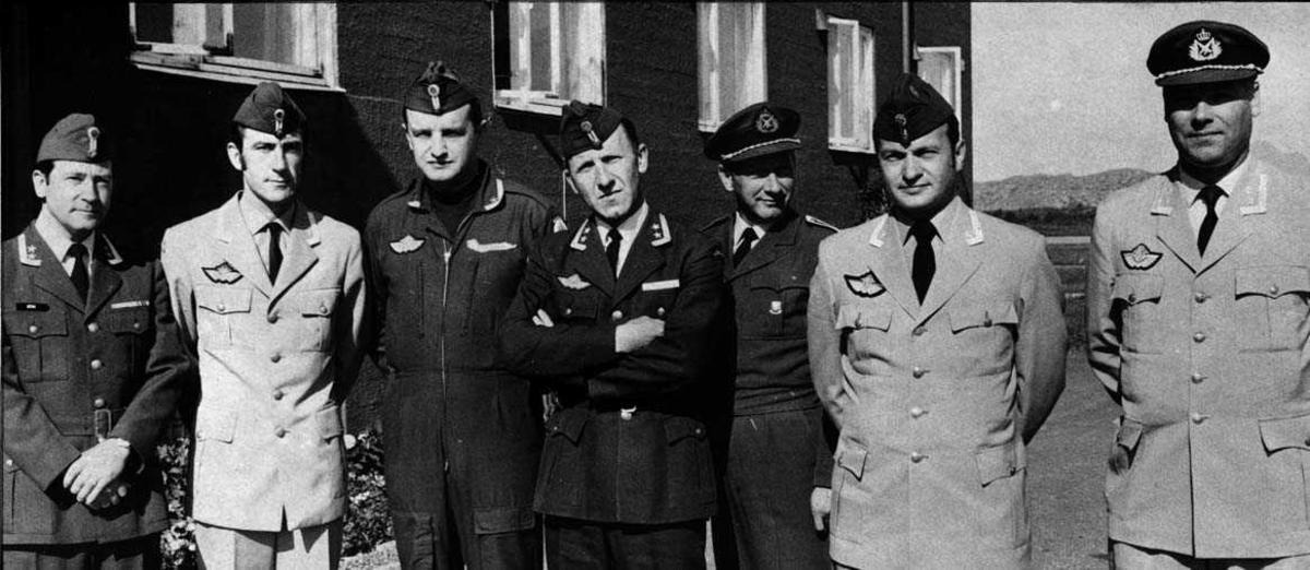 Gruppe.  Syv personer i uniform i forb m. skifte av Sjef  Operasjonsgruppen, Stbssjef, og to skv. sjefer samtidig.