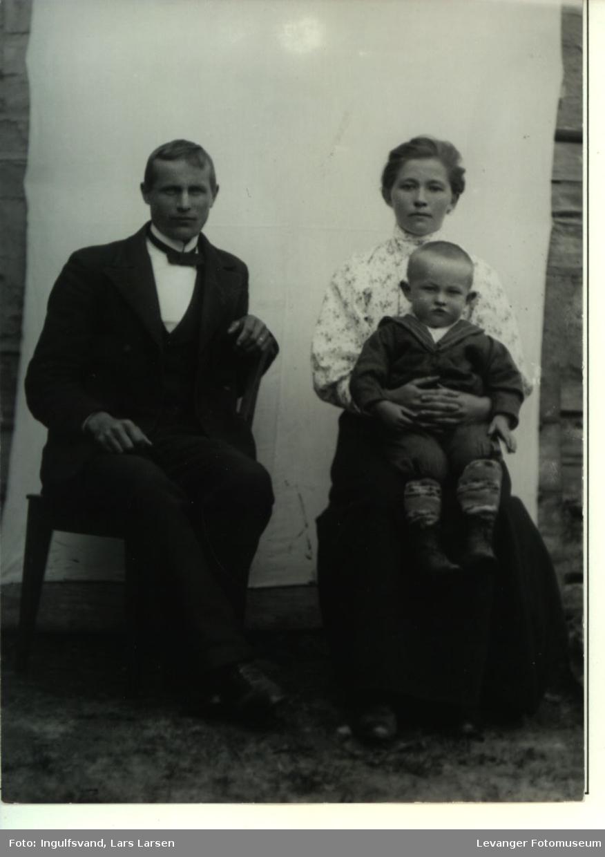 Gruppebilde av en mann, kvinne og et barn i småbarnsalder.