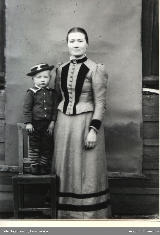 Portrett av en kvinne og en gutt.