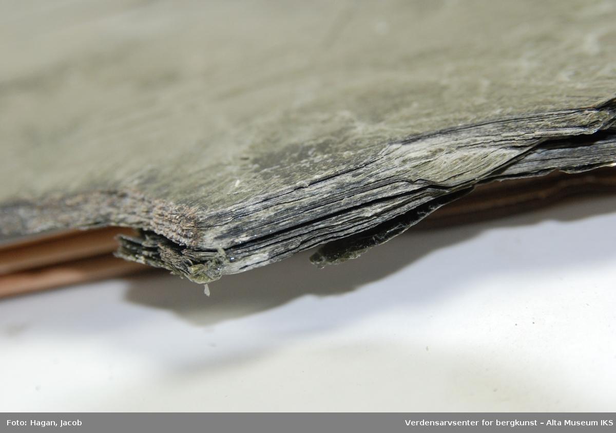 Form: Stort flak i uregelmessig naturform, lett oppspaltbar