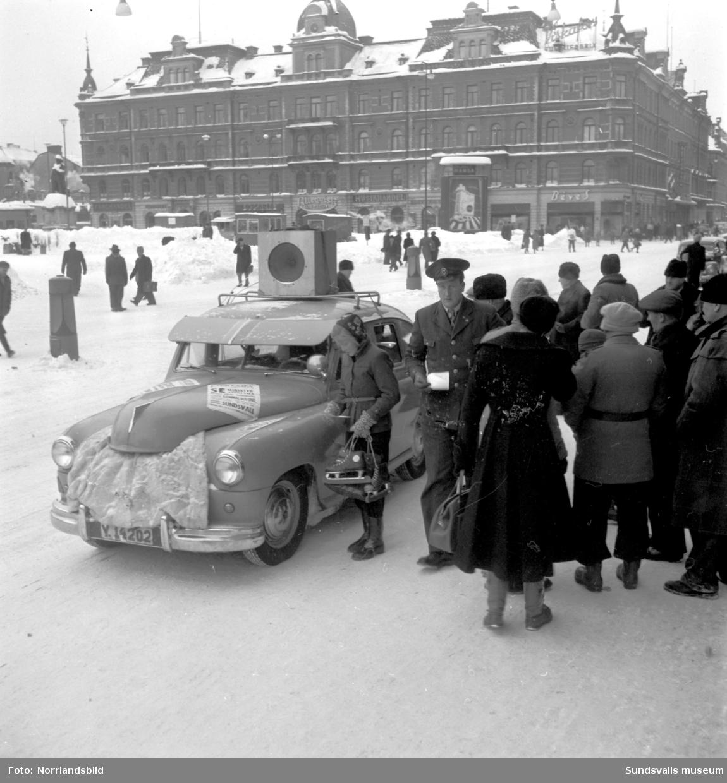 Bil med högtalare på taket som kör omkring i Sundsvall och gör reklam för visning av Expressens miniatyr-järnväg,