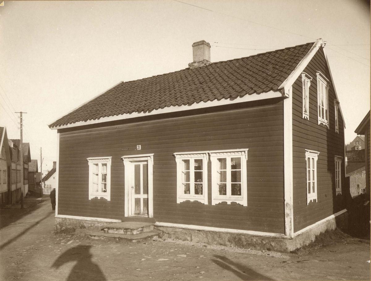 Hasseløygaten 31.  Like vest for Dokken, der rundkjøringen er nå. Huset ble revet da broen ble bygget.  Mor til skipsreder Brummenæs bodde i huset.