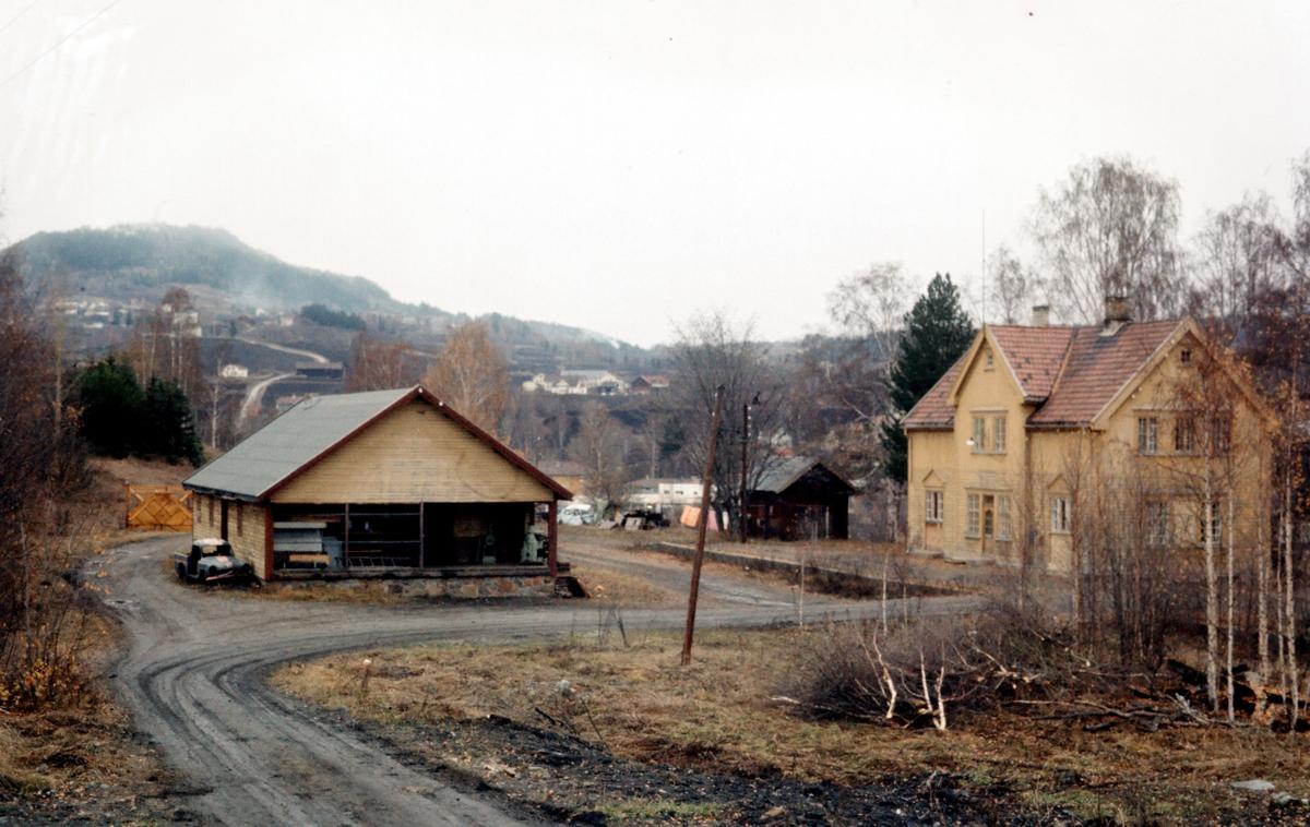 Brandbu stasjon. Stasjonsbygning og godshus.