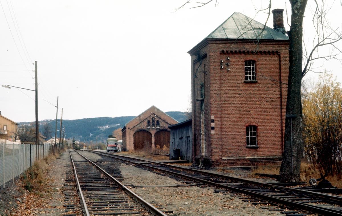 Randsfjord stasjon. Vanntårn og lokomotivstall.