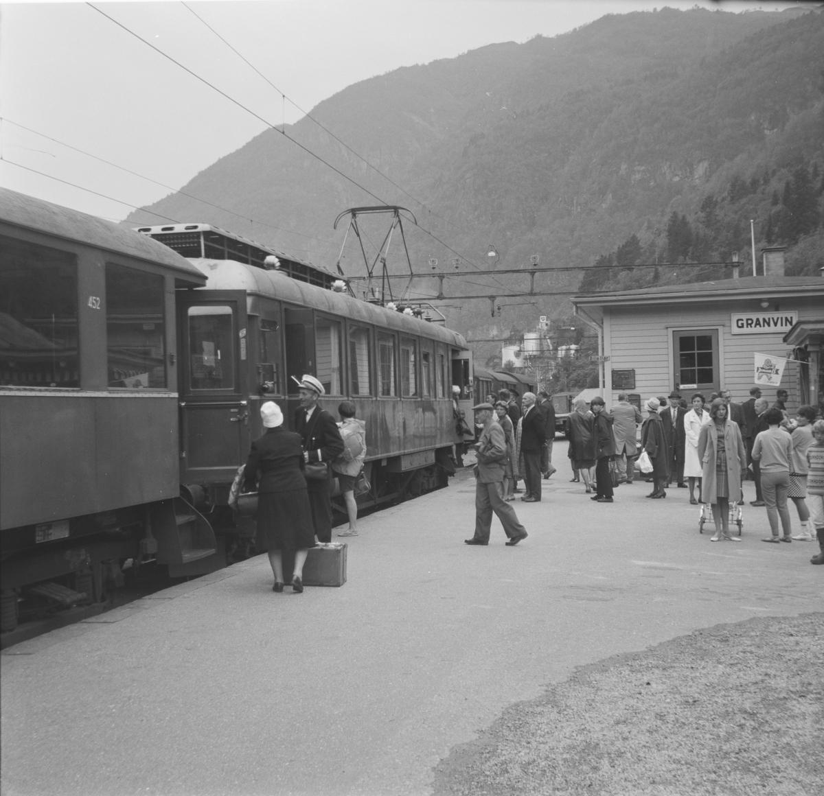 Tog fra Voss til Granvin har ankommet Granvin stasjon.