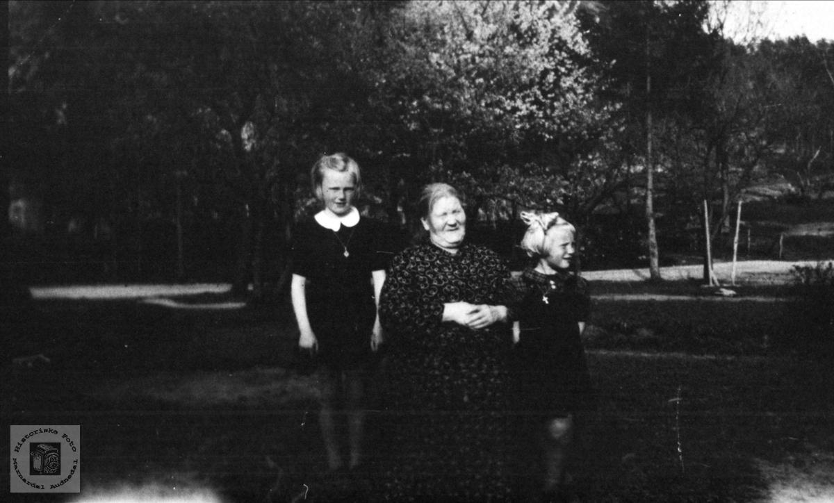 Bestemor og barnebarn Olsen.