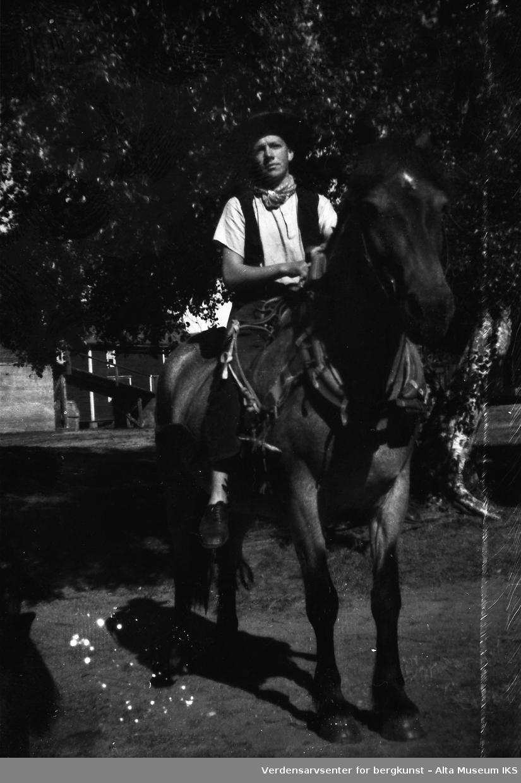 Roar Jøraholmen iført cowboyhatt rir på en hest om sommeren, 1943.
