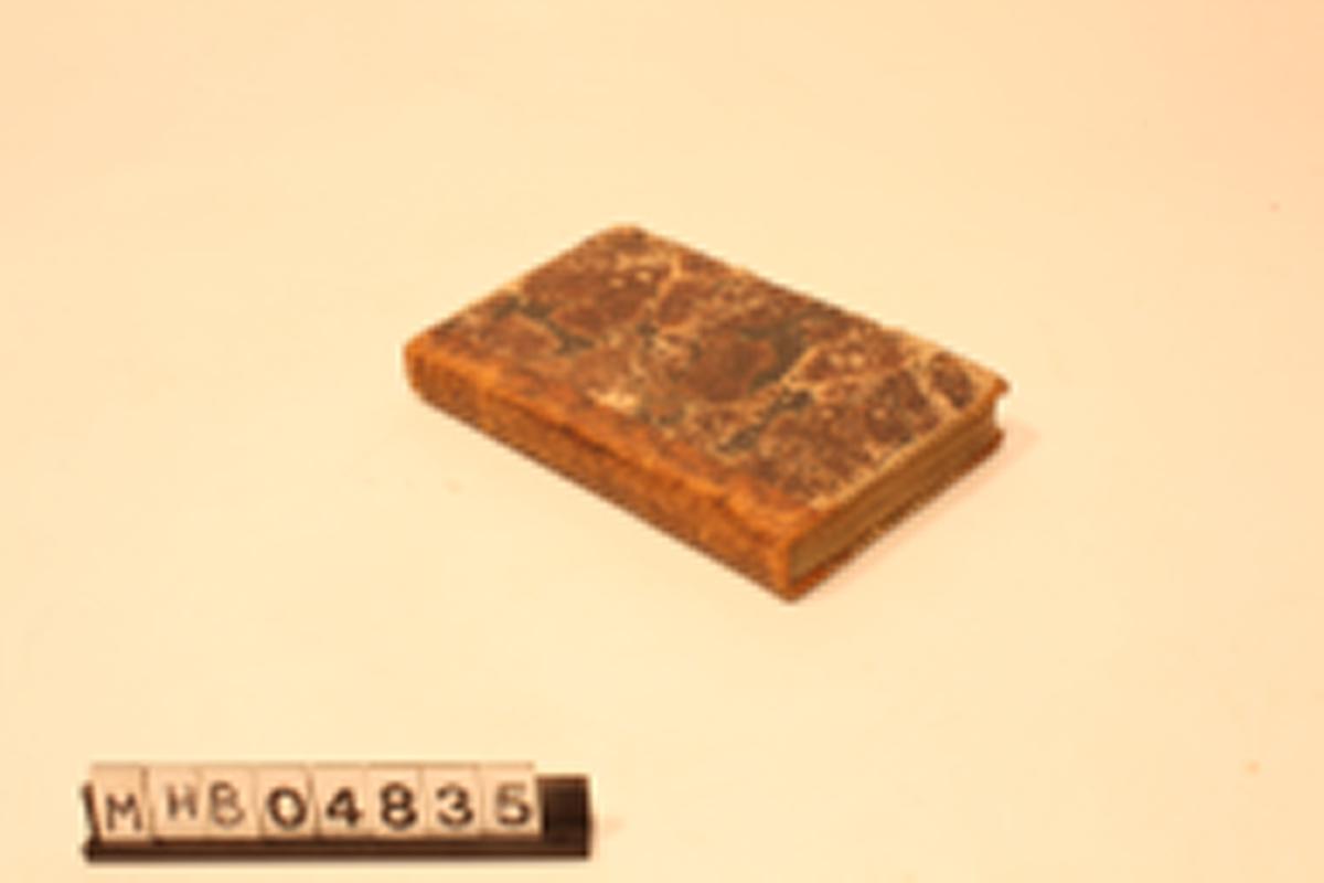288 s. På innsiden av den bakre permen har eieren tegnet en person med skjegg og lue.