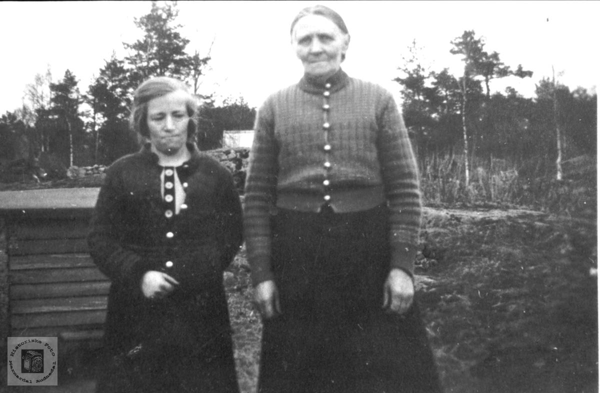 Mor og datter. Astri og Oline Hallingsgård.