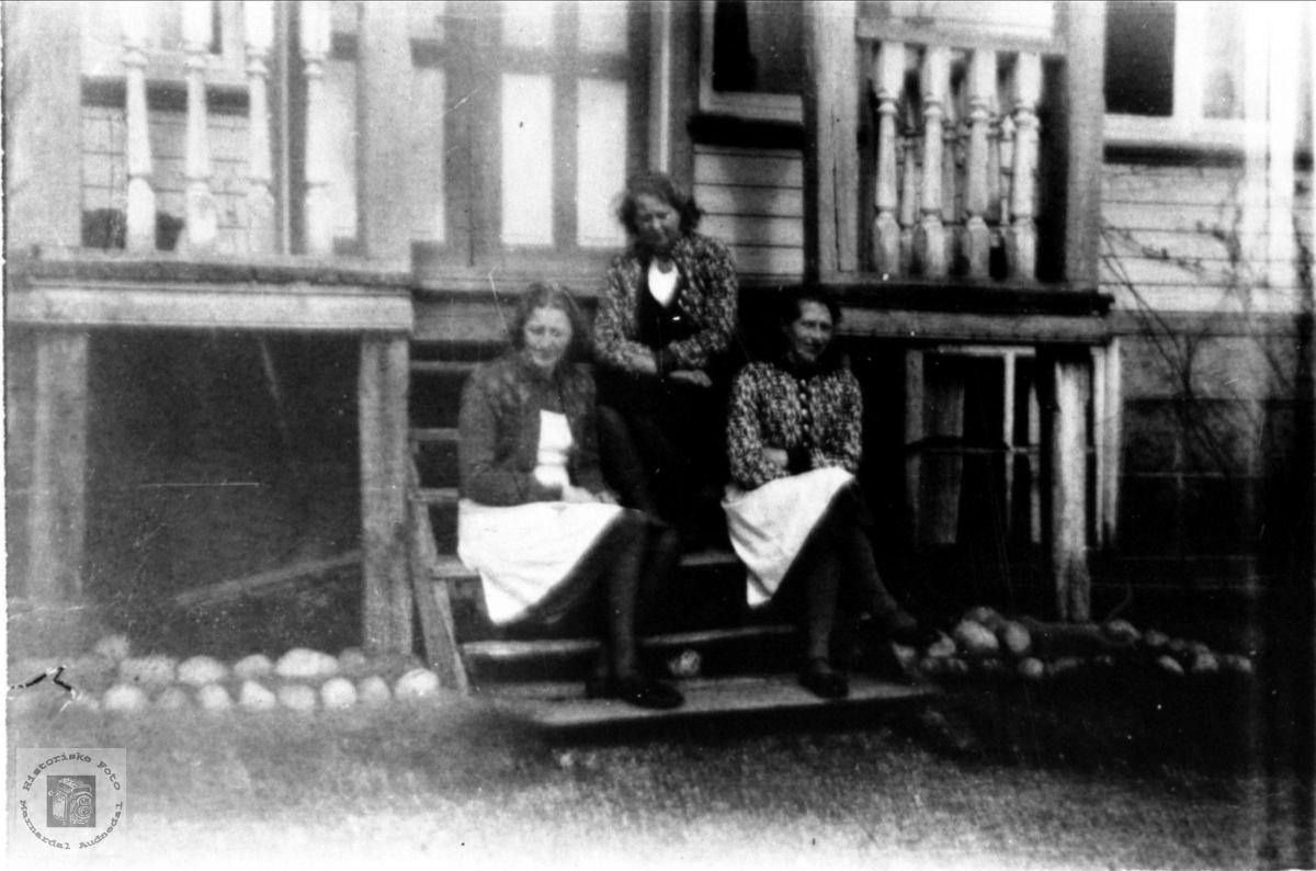 Søsknene Todne, Kaja og Borghild Kleveland