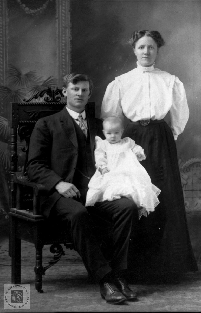 Foreldre med sin førstefødte. Torvald og Regine Laudal med Georg, USA.