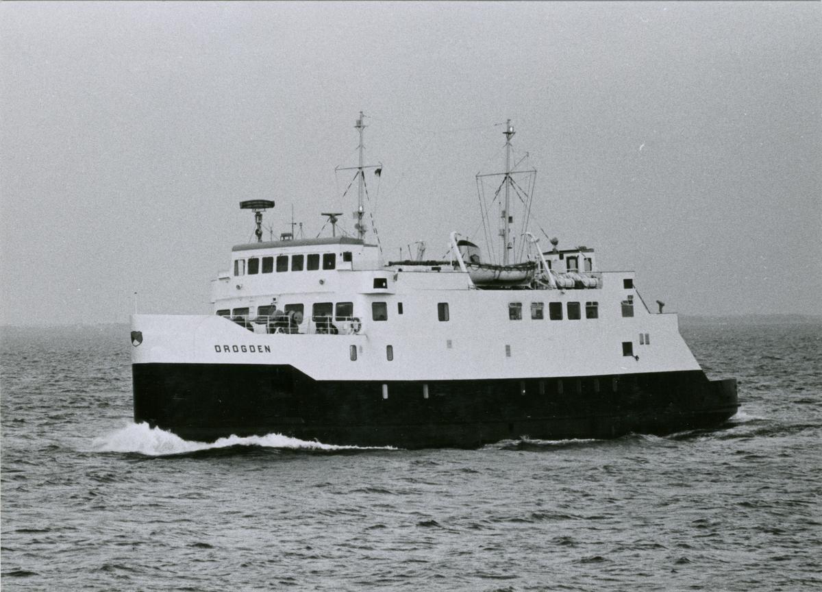 Passagerarfartyget DROGDEN under gång i Öresund.