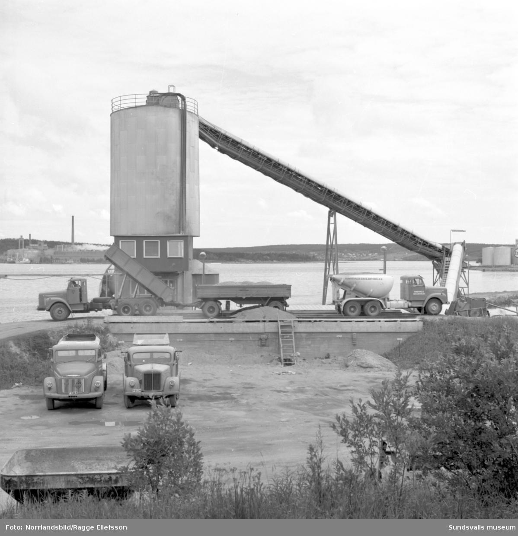 Sundsvalls Grus & Betong på Kolvägen vid södra kajen. Lastbilar och betongbilar.