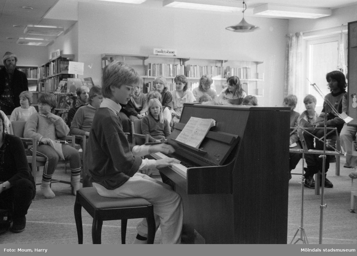 """Musikframträdande på Kållereds bibliotek, år 1985. """"Petra Larsson fick äran att inviga bibliotekets splitter nya piano.""""  För mer information om bilden se under tilläggsinformation."""