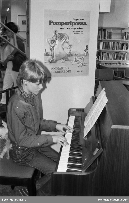 Musikframträdande på Kållereds bibliotek, år 1985.  För mer information om bilden se under tilläggsinformation.