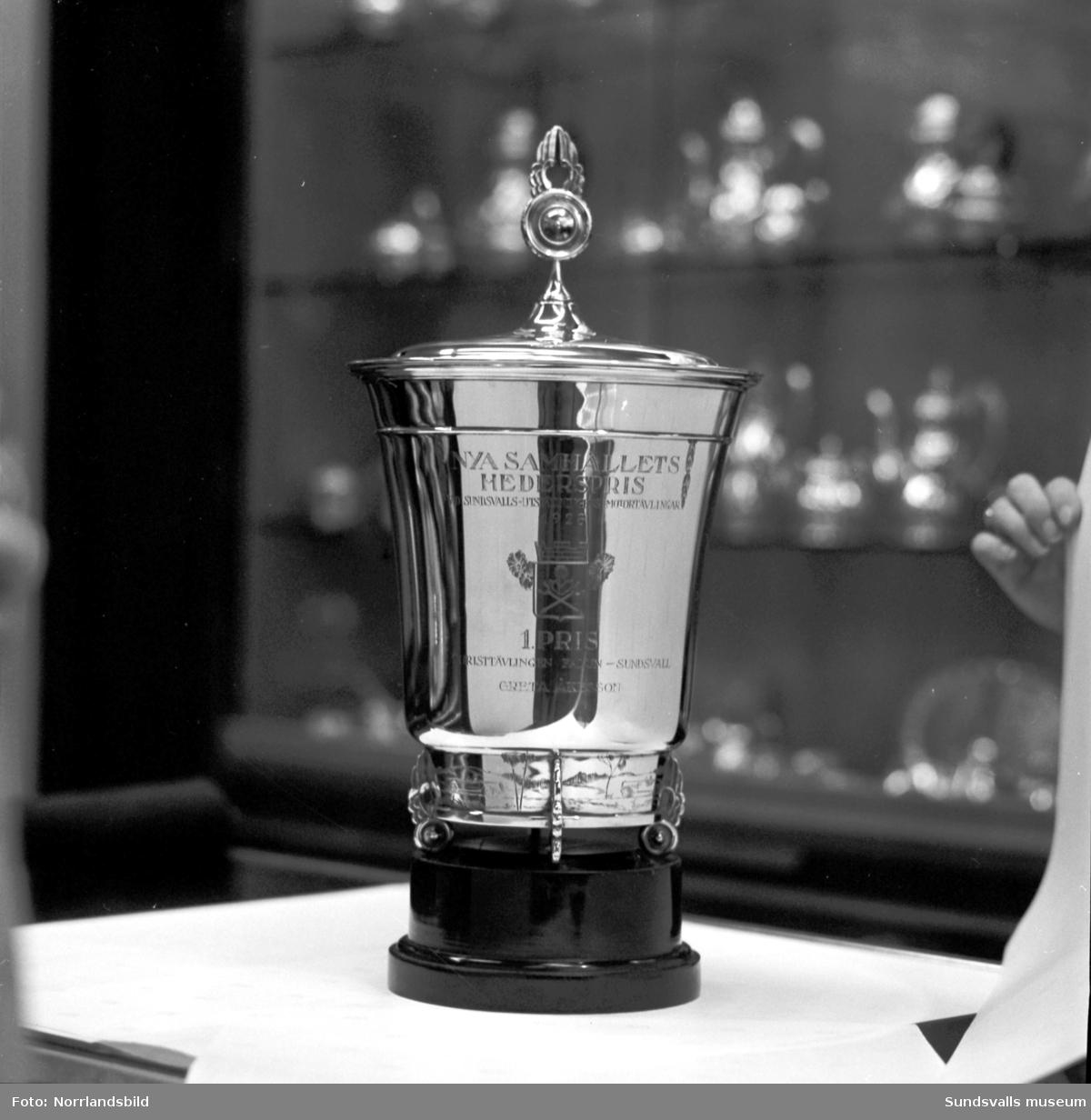 Silverpokal på Hallbergs Guld. Gravyr: Nya Samhällets hederspris vid Sundsvallsutställningens motortävlingar 1926. 1 pris i turisttävlingen Falun-Sundsvall. Greta Åkesson.