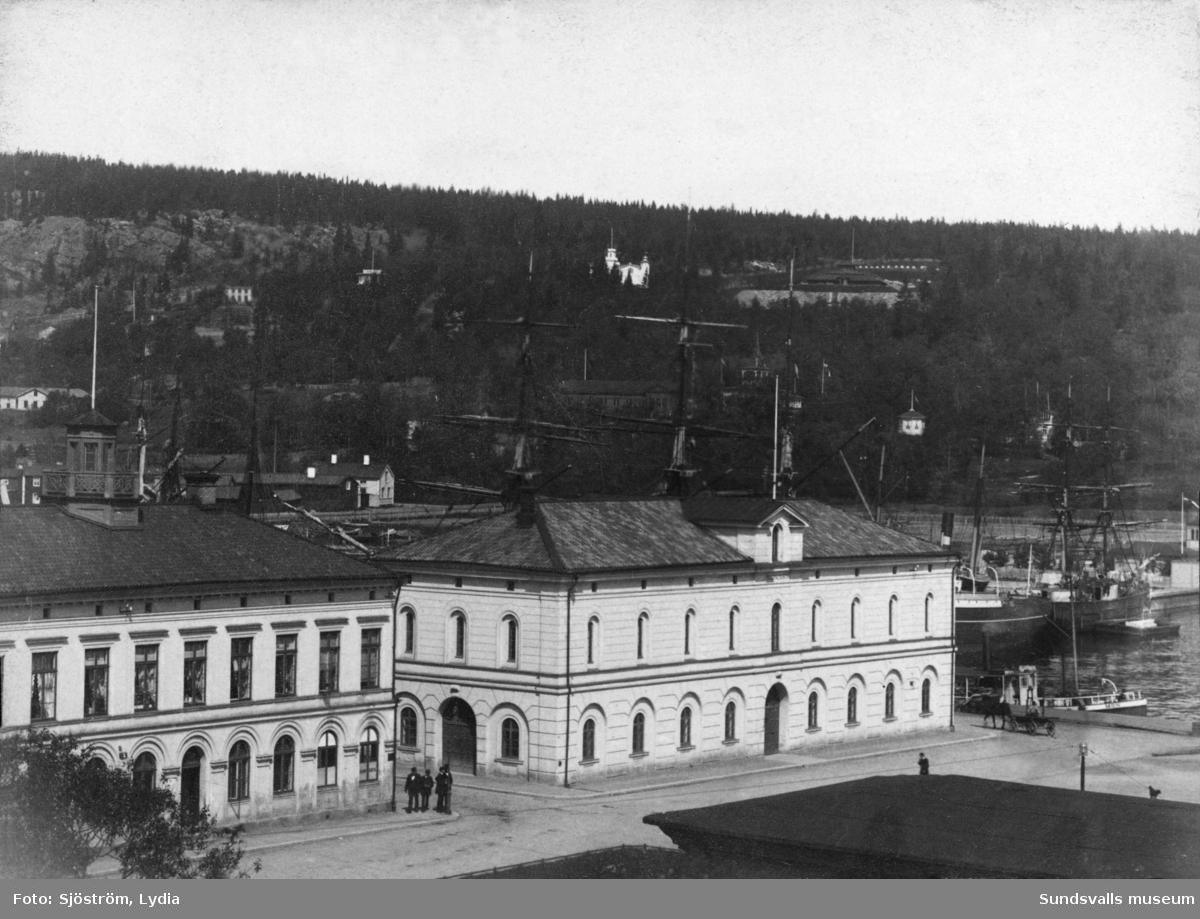 Tullhusen nere vid hamnen. Till vänster Tullhuset, uppfört 1855 och till höger Tullpackhuset, uppfört 1863. I sluttningen mot Norra stadsberget syns Villa Breidablick.
