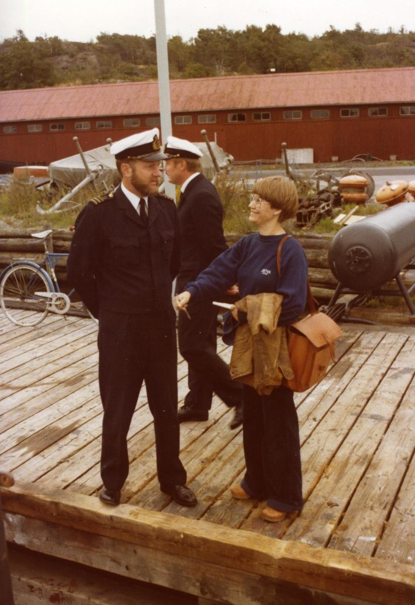 MtjC Kn Per-Axel Björk i samtal med journalist innan avgång med Hajen 1975