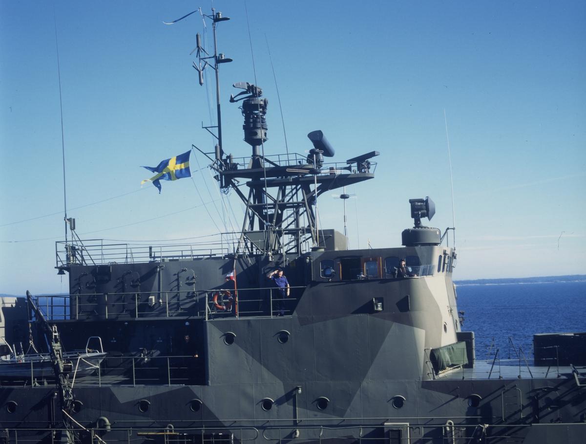 Minfartyget Älvsborg på sista resan till Karlskrona, FC Örlkn Bengt Pauli hälsar fotograferande helikopter
