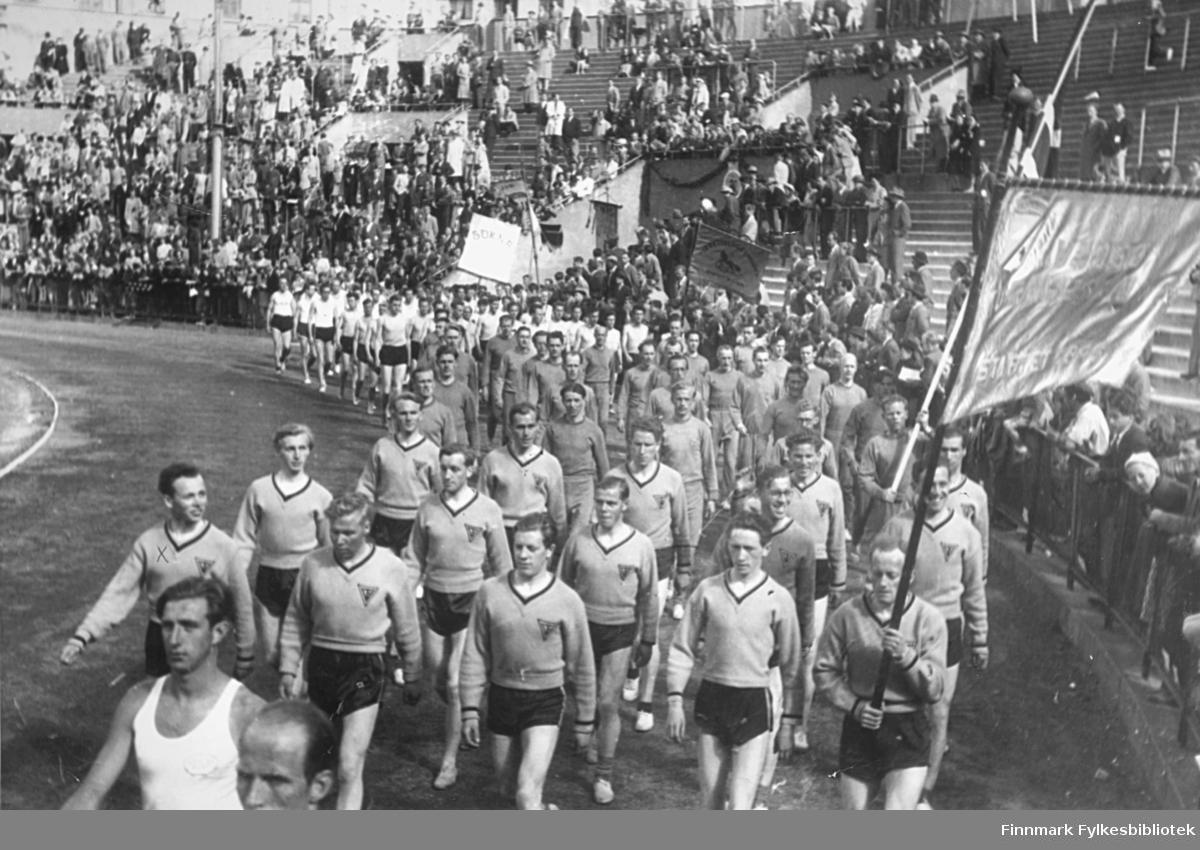 Vadsø turnforenings friidrettsgruppe deltok i Holmenkollstafetten i 1950. Her marsjerer de samlet inn på Bislett stadion