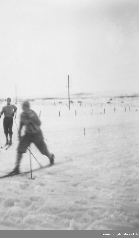 Bedriftsstafettløp på ski i Vadsø ca. 1950-1952. En ukjent løper passerer kamera