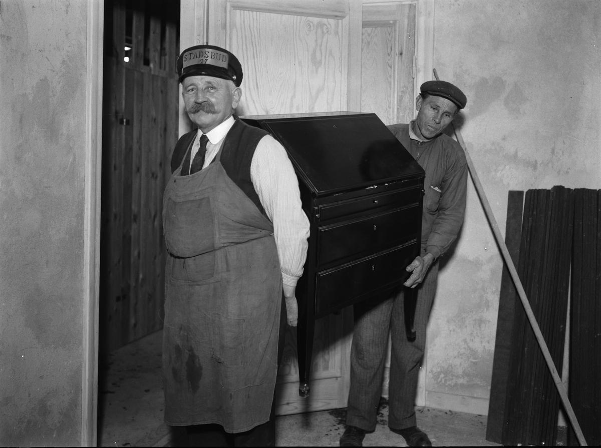 Stadsbud flyttar chiffonjé, Uppsala 1937